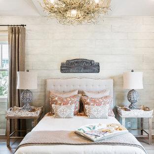 Ejemplo de dormitorio principal, campestre, con paredes blancas y suelo de madera clara