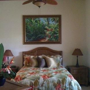 Foto de dormitorio exótico, de tamaño medio, sin chimenea, con paredes negras y moqueta