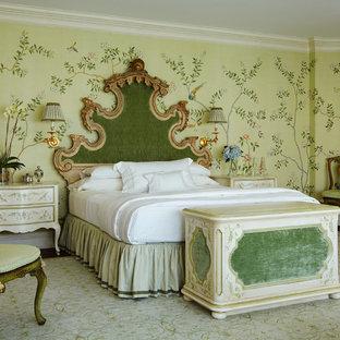 На фото: огромные спальни в викторианском стиле с разноцветными стенами для хозяев