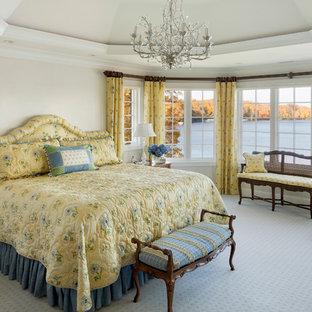 Diseño de dormitorio principal, tradicional, de tamaño medio, con paredes blancas, moqueta y suelo azul