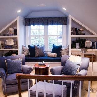 Modelo de dormitorio principal, tradicional, de tamaño medio, sin chimenea, con paredes azules, moqueta y suelo beige