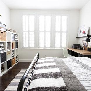 Ejemplo de dormitorio clásico renovado con paredes blancas, suelo de madera oscura y suelo marrón