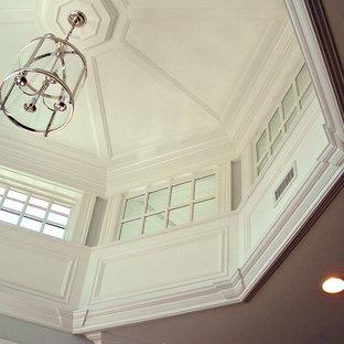 Diseño de dormitorio tradicional, extra grande, con paredes blancas, suelo de madera oscura, chimenea tradicional y marco de chimenea de madera