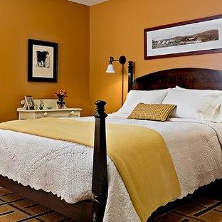 Inredning av ett klassiskt mycket stort gästrum, med gula väggar, heltäckningsmatta och gult golv