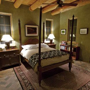 Imagen de habitación de invitados de estilo americano, de tamaño medio, con parades naranjas y suelo de madera en tonos medios