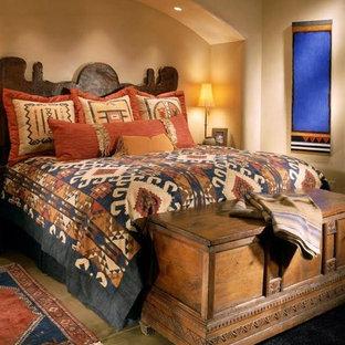 Diseño de dormitorio principal, de estilo americano, de tamaño medio, sin chimenea, con paredes beige y suelo de mármol