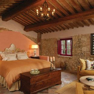 На фото: спальня в классическом стиле с бежевыми стенами и кирпичным полом с