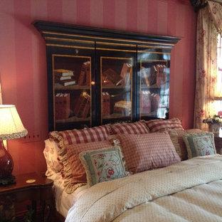 Esempio di un'ampia camera matrimoniale chic con pareti rosse e pavimento in legno massello medio