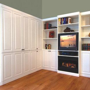 Пример оригинального дизайна: гостевая спальня среднего размера в классическом стиле с зелеными стенами, паркетным полом среднего тона, стандартным камином, фасадом камина из металла и коричневым полом