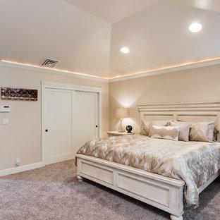 Diseño de dormitorio principal, clásico, extra grande, sin chimenea, con paredes blancas, suelo de pizarra y suelo gris