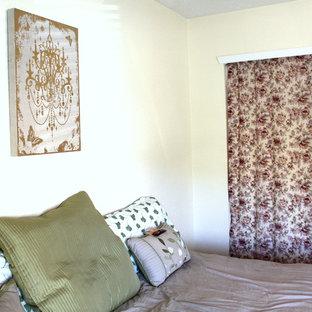 На фото: гостевая спальня в стиле шебби-шик с желтыми стенами с