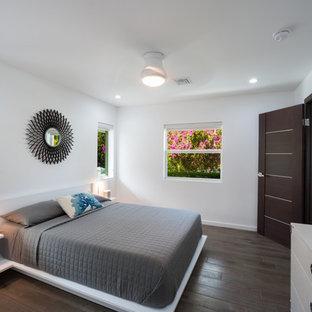 他の地域の中くらいのモダンスタイルのおしゃれな客用寝室 (白い壁、磁器タイルの床) のレイアウト