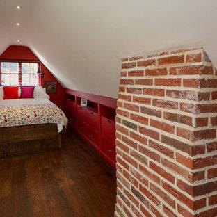 Foto di una piccola camera da letto stile loft country con pareti rosse, parquet scuro e nessun camino