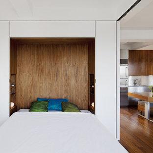 Imagen de dormitorio moderno con paredes blancas