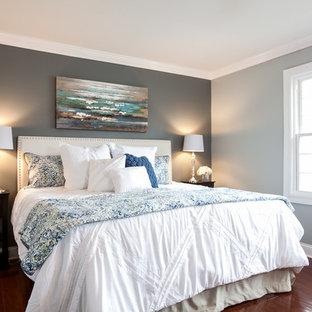 Ejemplo de dormitorio principal, clásico renovado, pequeño, con paredes grises, suelo de bambú y suelo marrón