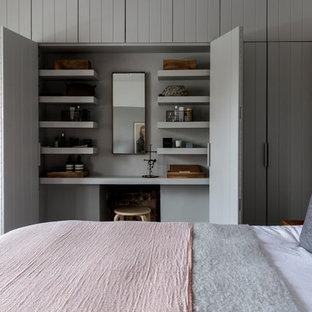 Foto de dormitorio clásico renovado, de tamaño medio, con paredes grises