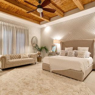Modelo de dormitorio principal, tradicional renovado, con paredes grises y suelo de baldosas de porcelana
