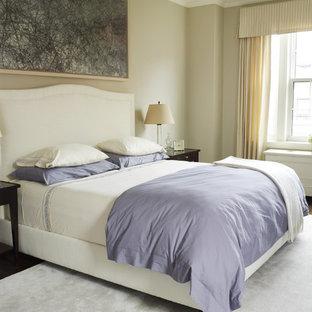 Klassisches Schlafzimmer mit beiger Wandfarbe und dunklem Holzboden in New York