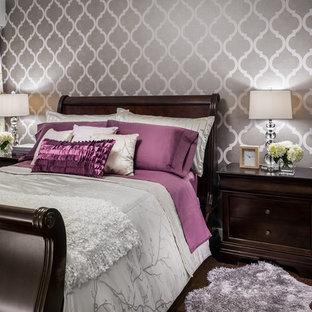 Идея дизайна: гостевая спальня среднего размера в стиле современная классика с разноцветными стенами, темным паркетным полом и коричневым полом без камина