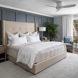 シャーロットの大きいトランジショナルスタイルのおしゃれな主寝室 (グレーの壁、濃色無垢フローリング、暖炉なし、茶色い床) のレイアウト