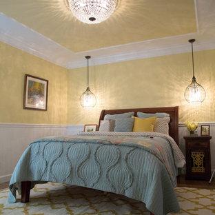ロサンゼルスの中くらいのトランジショナルスタイルのおしゃれな主寝室 (黄色い壁、無垢フローリング) のレイアウト