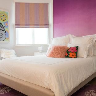 Inredning av ett klassiskt sovrum, med vita väggar, heltäckningsmatta och lila golv