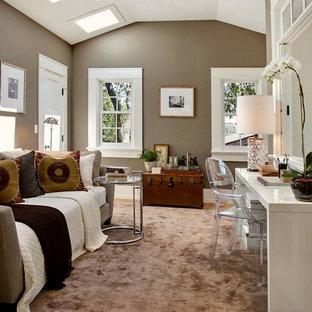 Klassisches Schlafzimmer mit grauer Wandfarbe in San Francisco