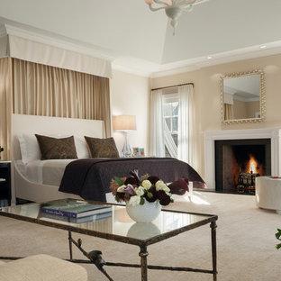 Пример оригинального дизайна: хозяйская спальня среднего размера в стиле современная классика с стандартным камином, бежевыми стенами, фасадом камина из дерева и ковровым покрытием