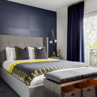 サンフランシスコ, CAの中サイズのコンテンポラリースタイルのおしゃれな主寝室 (青い壁、暖炉なし、無垢フローリング、茶色い床) のレイアウト