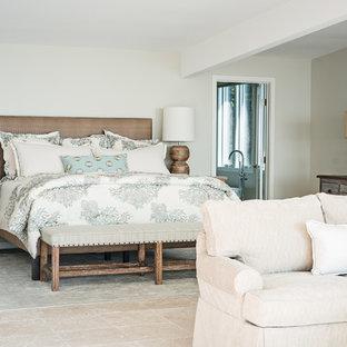 Пример оригинального дизайна: большая хозяйская спальня в морском стиле с серыми стенами, полом из травертина и серым полом без камина