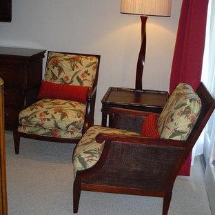 Foto di una camera degli ospiti tropicale con pareti rosse e moquette
