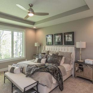 Modelo de dormitorio tradicional renovado con paredes marrones, moqueta y suelo beige
