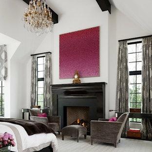 Ejemplo de dormitorio principal, tradicional renovado, extra grande, con paredes blancas, chimenea tradicional, marco de chimenea de madera y moqueta