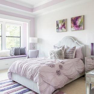 Idéer för att renovera ett mellanstort vintage gästrum, med vita väggar, heltäckningsmatta och beiget golv
