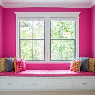 Ejemplo de habitación de invitados ecléctica, de tamaño medio, con moqueta, suelo beige y paredes rosas
