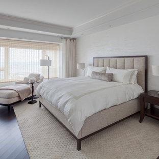 Foto de dormitorio principal, clásico renovado, grande, sin chimenea, con paredes blancas, suelo vinílico y suelo negro