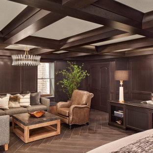 Foto di una grande camera matrimoniale chic con pareti marroni, nessun camino, pavimento marrone, soffitto a cassettoni e pannellatura