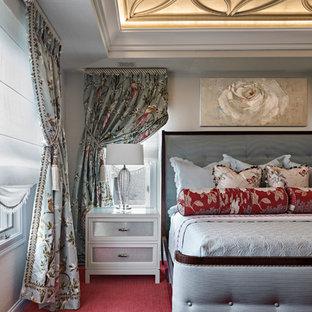 ブリッジポートの中サイズのトラディショナルスタイルのおしゃれな主寝室 (カーペット敷き、赤い床、ベージュの壁、暖炉なし) のインテリア