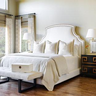 Klassisches Hauptschlafzimmer mit beiger Wandfarbe, braunem Holzboden und braunem Boden in Sonstige