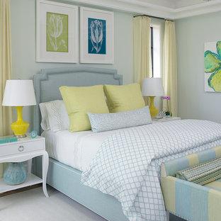 Diseño de dormitorio tropical con paredes verdes