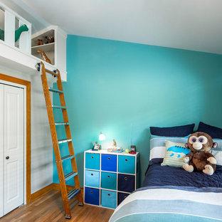 Imagen de habitación de invitados clásica renovada, pequeña, sin chimenea, con paredes azules y suelo de madera en tonos medios