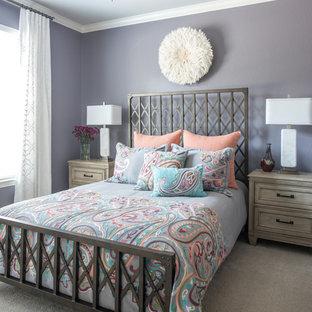 Modelo de habitación de invitados clásica renovada, pequeña, con paredes púrpuras, moqueta y suelo beige