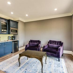Идея дизайна: большая хозяйская спальня в стиле современная классика с коричневыми стенами, паркетным полом среднего тона и коричневым полом без камина