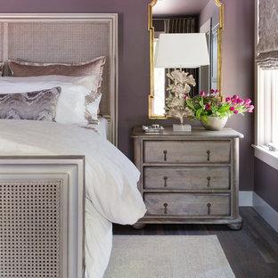 Ispirazione per una camera matrimoniale chic di medie dimensioni con pareti viola, parquet chiaro e pavimento marrone
