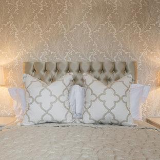 Пример оригинального дизайна: маленькая хозяйская спальня в стиле современная классика с бежевыми стенами, ковровым покрытием, печью-буржуйкой, фасадом камина из камня и бежевым полом