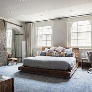Diseño de dormitorio industrial con paredes blancas, moqueta y suelo azul