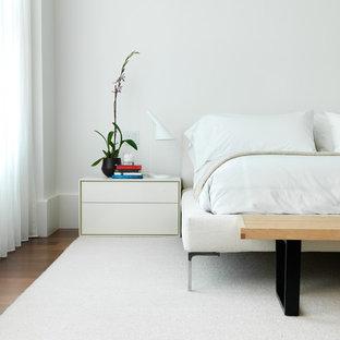 Modernes Schlafzimmer mit weißer Wandfarbe und braunem Holzboden in New York