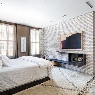 Свежая идея для дизайна: хозяйская спальня в современном стиле с бетонным полом, горизонтальным камином и фасадом камина из металла - отличное фото интерьера