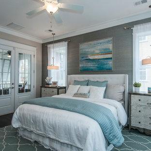 Foto de dormitorio actual con suelo de madera oscura y paredes grises