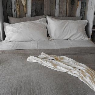 Ejemplo de dormitorio costero con paredes beige